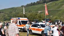 Nachrichten aus Deutschland: Krankenwagen stehen nach einem Unfall mit einer Kuh vor einem Festzelt im Glottertal