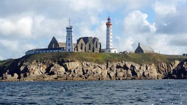 Ganz im Westen der Bretagne steht der Leuchtturm Saint-Mathieu vor den Ruinen einer verfallenen Abtei.
