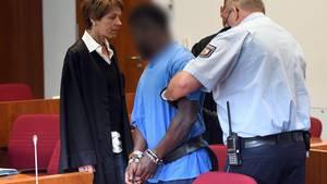 Bonn: Der wegen Vergewaltigung Angeklagte wird an Händen und Füßen gefesselt in den Saal geführt