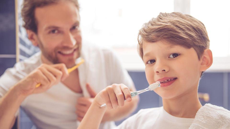 Vater und Sohn beim Zähneputzen