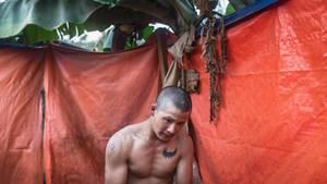 Zau Ring Aung, 23, in einer notdürftigen Dusche im Camp