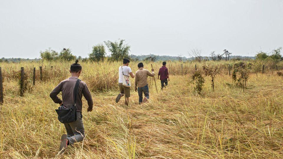 Die Jungs, die als Freiwillige für die Kirche arbeiten, durchsuchen das Umland von Myitkyina nach Drogensüchtigen und Dealern
