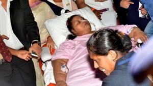 Die Frau bei ihrem Transport von Ägypten nach Mumbai in die Spzeialklinik
