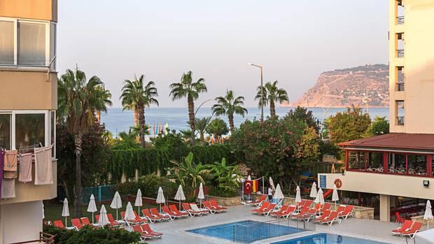 Deutsch-türkische Freundschaft vor leeren Liegen: der Pool eines Hotels in der Touristenhochburg Alanya