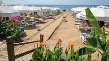 Türkisfarbenes Meer, gelber Sand, wenig Urlauber: der Strand bei Side