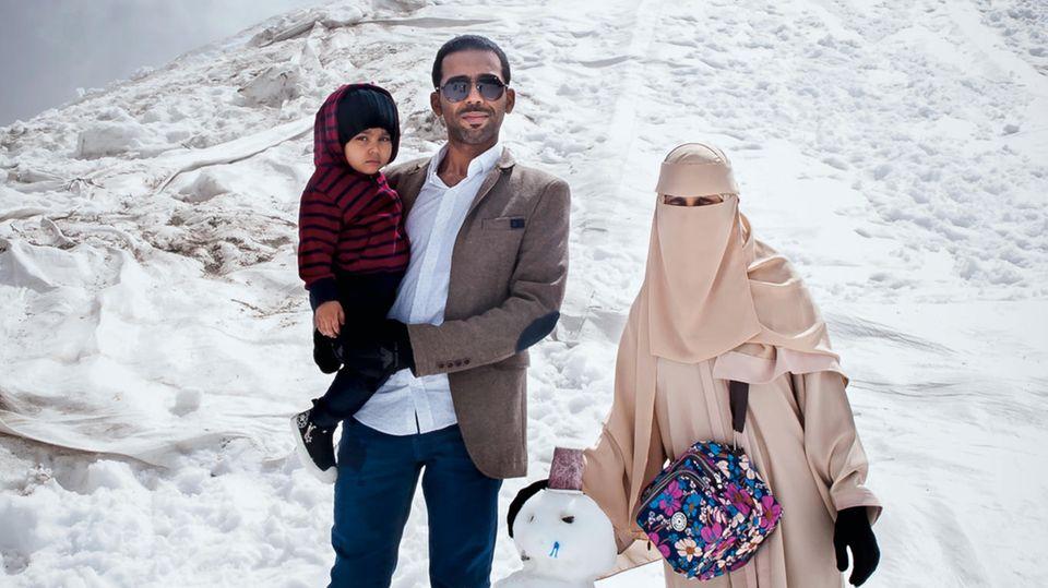 Mit Schleier und Schneemann: eine Familie aus Saudi-Arabien im Sommerurlaub am 3203 Meter hohen Kitzsteinhorn