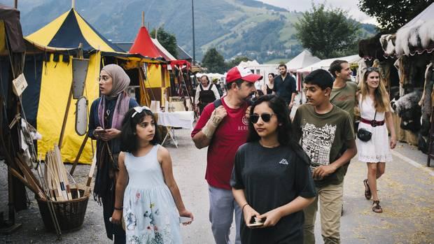 Familienurlaub: Mutter Samia al-Awadi mit Tochter Nora, 8, Ehemann Ibrahim, der älteren Tochter Sarah, 16, und Sohn Abdullah, 13, auf dem Burgfest in Kaprun