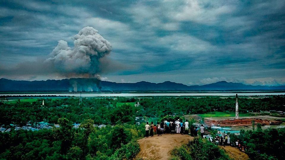 Mehrere Hundert Meter hoch steigen die Rauchsäulen der brennenden Rohingya-Dörfer auf Myanmars Seite der Grenze – die Flüchtlinge müssen aus der Ferne zusehen, wie ihre Heimat zerstört wird