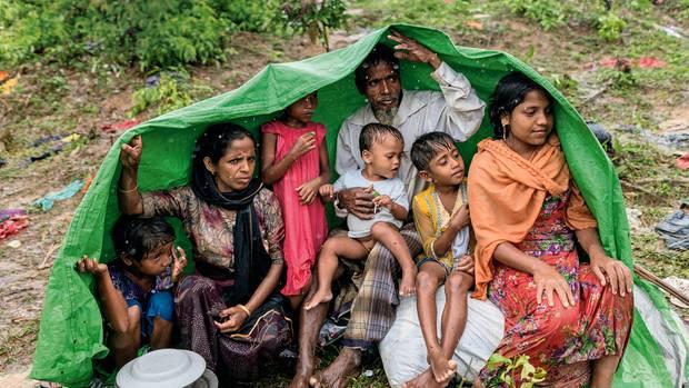 Eine Plane gegen den Monsun: Der einsetzende Regen verwandelt die Flüchtlingslager in sumpfige Felder