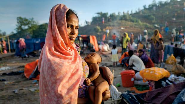 Geflohen mit dem Baby: eine Rohingya mit ihrem wenige Monate alten Kind