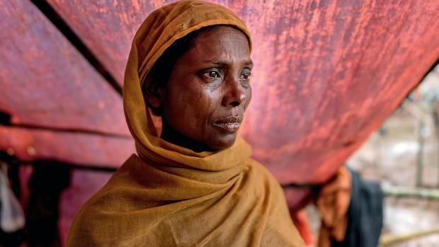Trauer. Wut. Entsetzen. All das liegt im Blick dieser Rohingya. Wie die meisten Frauen des muslimischen Volks trägt sie ein Kopftuch