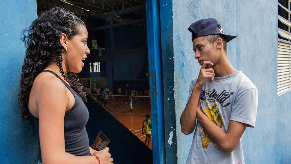 Zwei Südamerikaner unterhalten sich auf der Straße