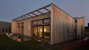 Das Schmetterlingsdach gibt dem Haus eine außergewöhnliche Form.