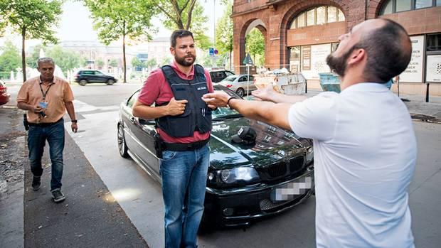 Die Beamten Michael Schwenk (M.) und Ralf Mayer (l.) dürfen sich jeden Tag kreative Ausreden auffällig gewordener Fahrer anhören