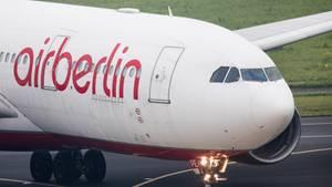 Ein Airbus A330 der insolventen Fluggesellschaft Air Berlin rollt in Düsseldorf zu einer Parkposition.