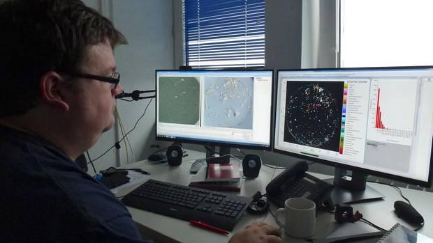 Der Chemiker Sebastian Primpke analysiert Wasserproben