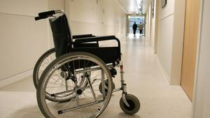 Ein Rollstuhl steht in einer Klinik