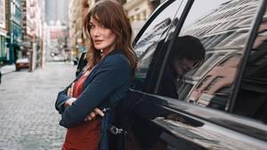 Carla Bruni fotografiert in den Straßen von Paris. Die gebürtige Italienerin wird im Dezember 50