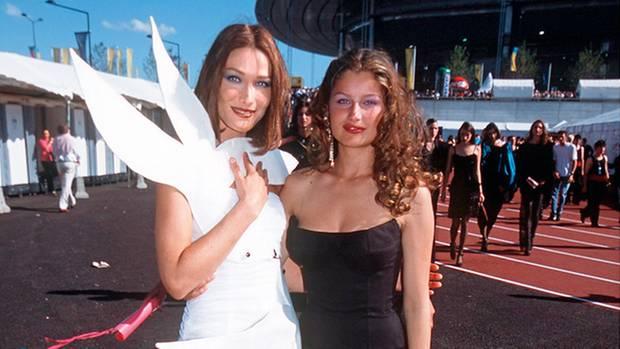 Mit Laetitia Casta (r.) 1998 bei der Fußball-WM im Stade de France