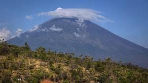 Der äußere Schein trügt: Im Inneren des Vulkans Mount Agung bewegt sich die Magma immer höher auf den Rand zu