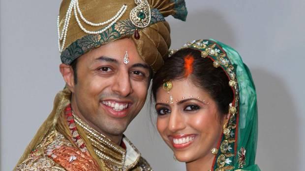 Die Hochzeit in Mumbai dauert drei Tage, ein rauschendes Fest. Sie tanzt für ihn. Er legt ihr die Ehekette um