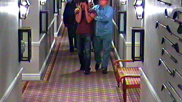 Um 9.19 Uhr erhält ihr Mann im Hotel die Nachricht. Die Kameras nehmen die Szene auf
