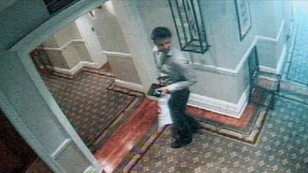 """Die Überwachungskamera belegt es: Shrien Dewani ging nach dem Mord in den Internetraum des Hotels """"Cape Grace"""", um einen Umschlag zu überreichen"""