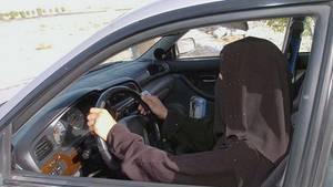 Verschleierte Frau am Steuer - künftig auch in Saudi-Arabien Normalität