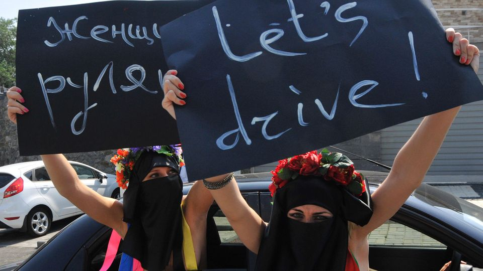 Femen-Protest vor der Botschaft Saudi-Arabiens in Kiew. Der saudische König hat endlich das Verbot für Frauen aufgehoben, Autos fahren zu dürfen.