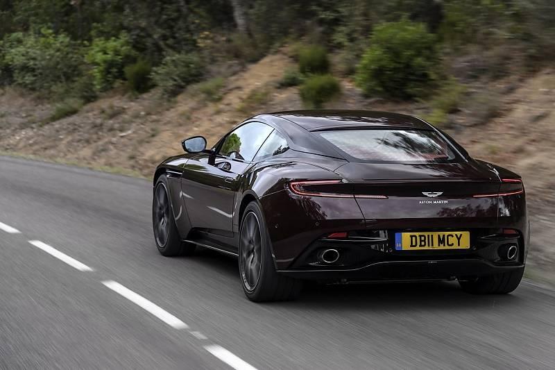 In langgezogenen Kurven spielt der Aston Martin DB11 V8 seine Stärken aus