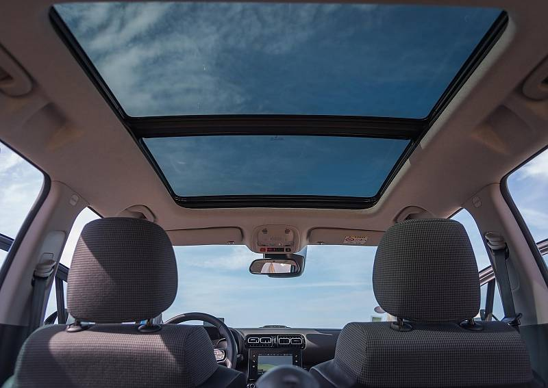 Der Citroen C3 Aircross wird auf Wunsch mit einem Panoramadach geliefert