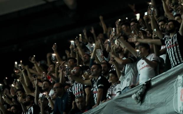 Champions League: Besiktas-Fans halten ihre Handys hoch