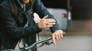 """Ein Fahrradfahrer trägt die neue """"Smartjacket"""" von Google und Levi Strauss"""
