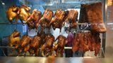 Knusprige Enten am Stand von Four Seasons: Glasierte Enten dürfen bei den panasiatischen Küche nicht fehlen. Das Gute an der Bang Bang Oriental Foodhall: Kaum ein Hauptgericht kostet mehr als 10 Britische Pfund.
