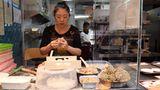 Handarbeit bei Dumplings & Buns: Hier werden chinesische Teigtaschen und eine Art von im Wasserdampf gegarten Hefebrötchen mit Lamm-, Rind-, Hühnchen- oder Schweinefleisch gefüllt.