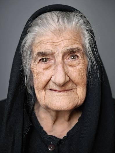 """Tonia Nola - geboren am 4. Februar 1914 in Silanus, Sardinien (Italien)  Tonia Nola wuchs in Silanus auf Sardinien auf, einem kleinen Bergdorf am Fuße des Monte Arbo. Ihr Lebenslauf zeichnet sich vor allem durch eines aus: Beständigkeit. Sie hat ihr Heimatdorf ihr Leben lang nie verlassen, hat nie geheiratet oder Kinder bekommen. Sie arbeitete als Haushaltshilfe - ihr Leben lang. Gefragt nach ihrem Rat für ein langes Leben, antwortet die Sardin: """"Heiter und ohne Stress arbeiten, nicht neidisch sein und viel Minestrone essen."""""""