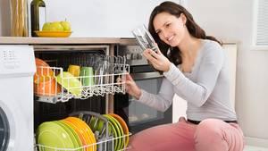 Klarspüler in der Spülmaschine sollen Gläser fleckenfrei bekommen