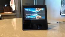 Der Amazon Echo auf einem Küchentresen aus Stein