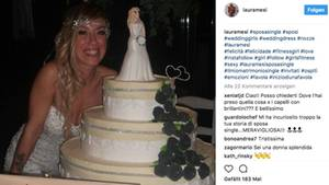 Laura Mesi posiert mit ihrer Hochzeitstorte
