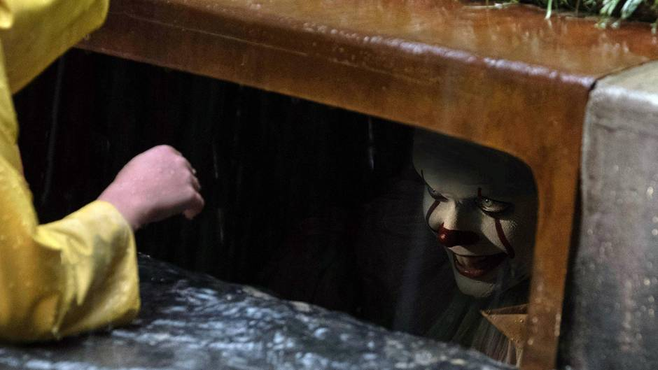 """Pennywise, der Clown aus """"ES"""" in der berühmtesten Szene des Films"""