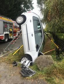 Nachrichten Deutschland - Auto bleibt über Kopf im Graben stecken