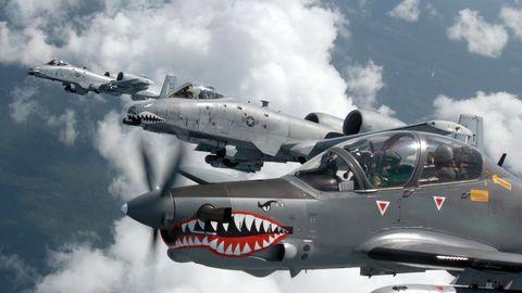 Im Vordergrund fliegt die kleine Super Tucano, dahinter sind zweiA-10 Warthogs zu sehen.