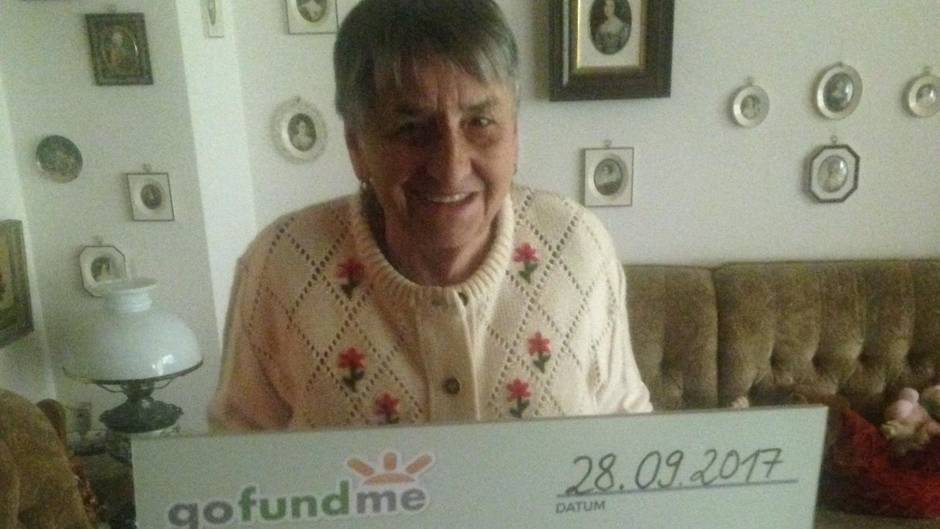 Anna Leeb hält lächelnd den Scheck mit der Summe über 7025 Euro in die Kamera