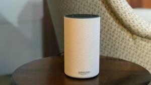 Der neue Amazon Echo steht im Amazon-Hauptquartier in Seattle auf einem kleinen Beistelltisch