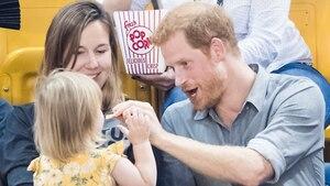 Prinz Harry: Wie ein kleines Mädchen dem Royal Popcorn und die Show stiehlt