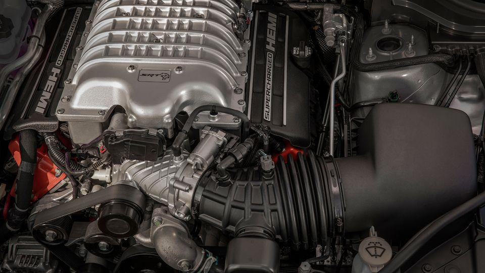 Das 6,2-l-V8-Triebwerk des Trackhawk bringt es auf 700 PS und 868 Newtonmeter maximales Drehmoment.