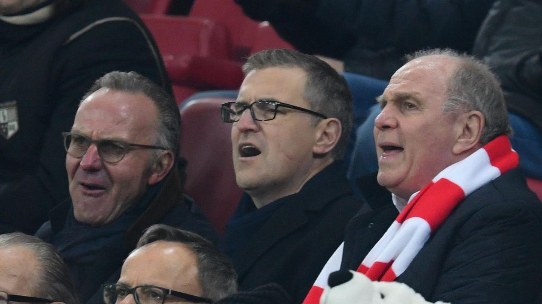 Der Finanzvorstand des FC Bayern München, Christian Dreesen (zwischen Karl-Heinz Rummenigge und Uli Hoeneß; Archivbild)