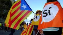 Katalanen schwenken katalanische Fahnen (Esteledas) während einer Demonstration zur Unterstützung des Referendums für die Unabhängigkeit in Barcelona, Spanien