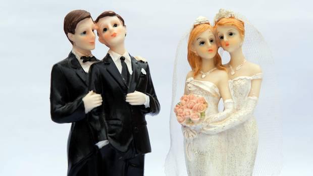 Zwei gleichgeschlechtliche Brautpaare als Tortenfiguren