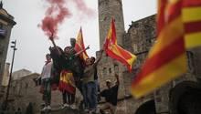 Demonstranten schwenken in Barcelona bei einer Demonstration gegen die Unabhängigkeit Kataloniens spanische Flaggen